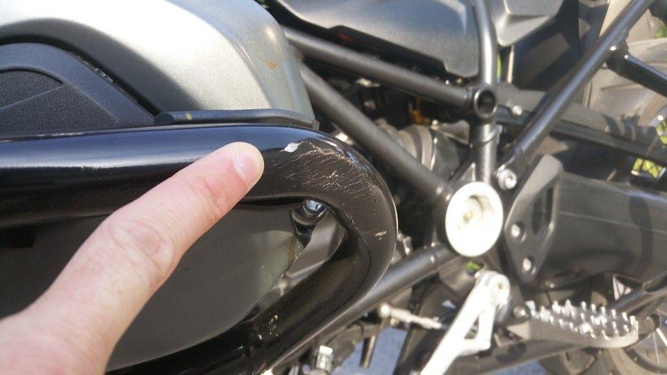 moto BMW 1200 GS protection moteur côté gauche endommagée