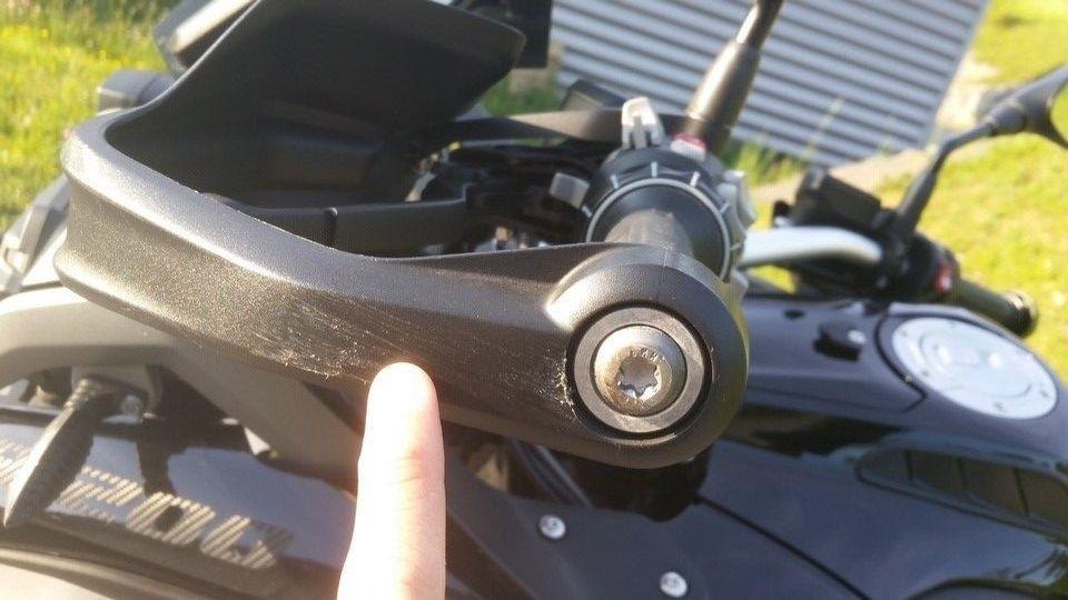 moto BMW 1200 GS protège main gauche endommagé