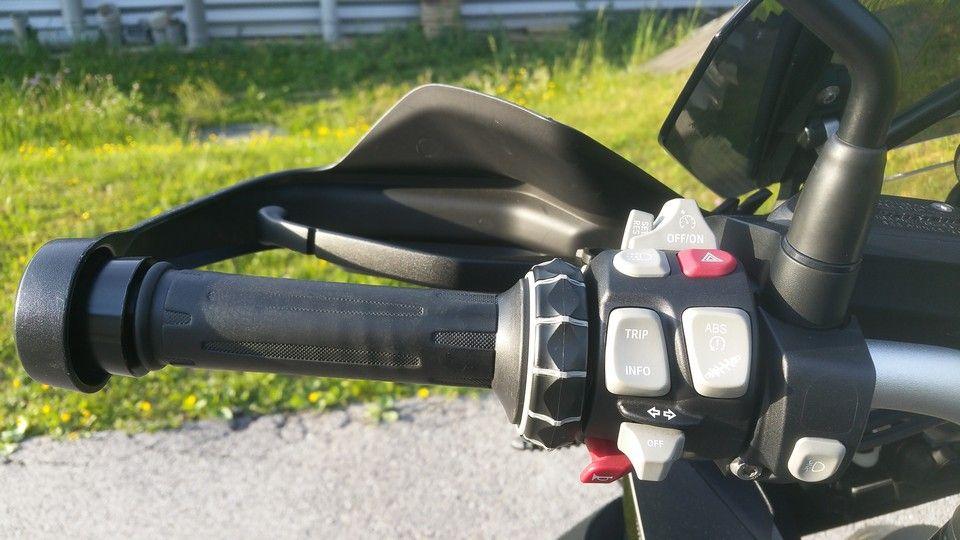 moto BMW 1200 GS poignée gauche et commodo