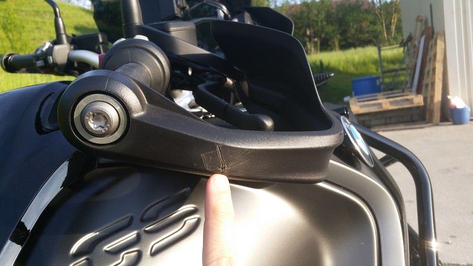 moto BMW 1200 GS protège main droite endommagé